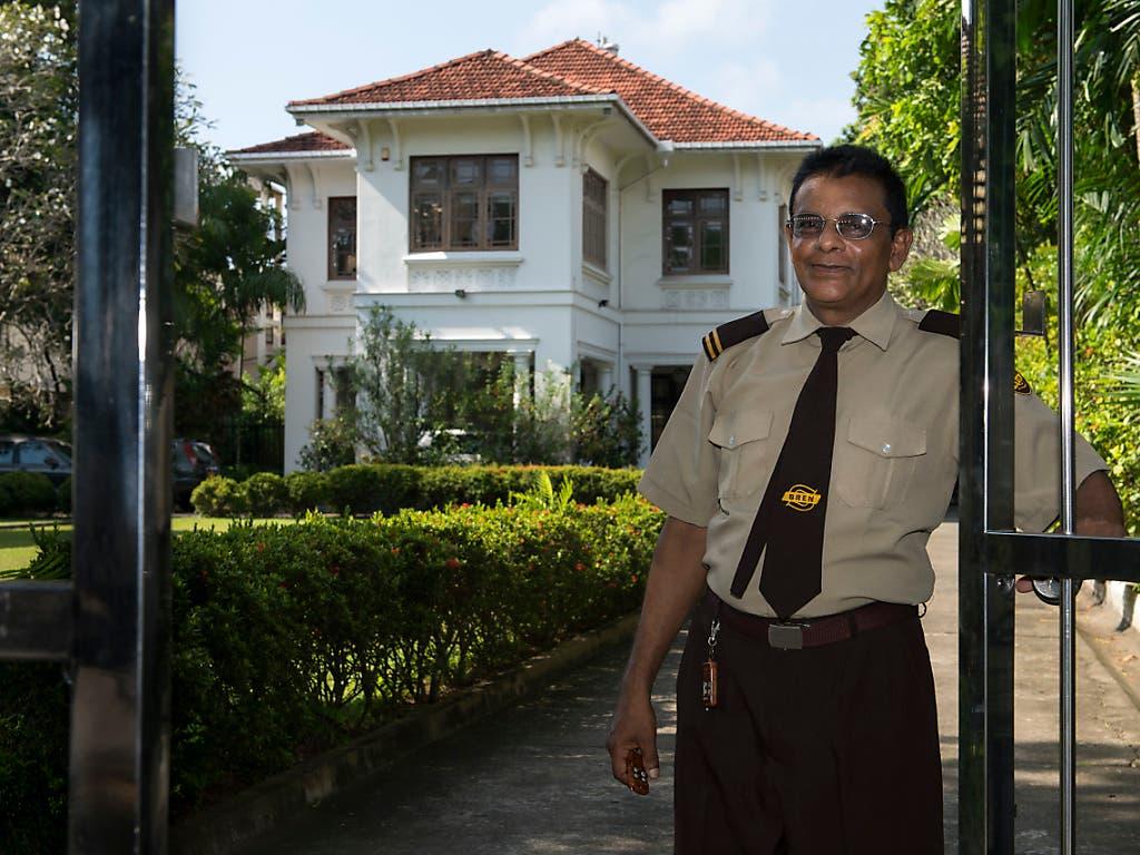 Ein Sicherheitsbeamter vor der Schweizer Botschaft in Colombo, Sri Lanka. (Bild: KEYSTONE/ANTHONY ANEX)