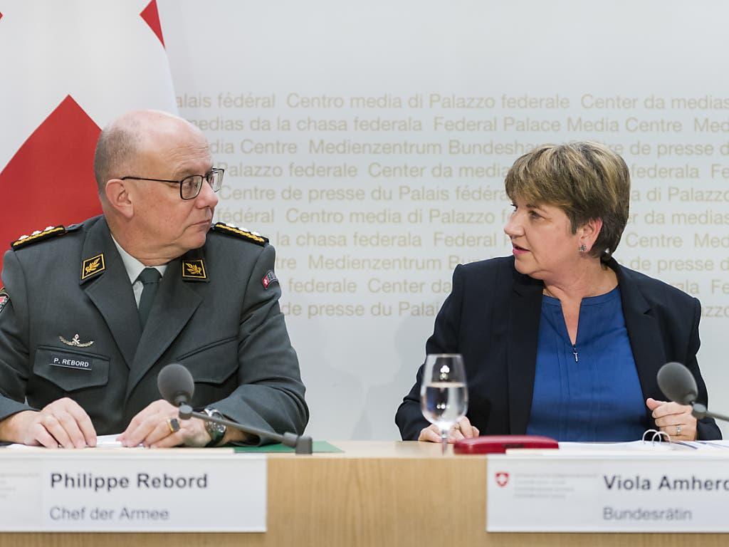 Verteidigungsministerin Viola Amherd und Armeechef Philippe Rebord führen vor den aus, weshalb eine Verlängerung des Swisscoy-Einsatzes in Kosovo nach Auffassung des Bundesrates nötig ist. (Bild: KEYSTONE/ALESSANDRO DELLA VALLE)