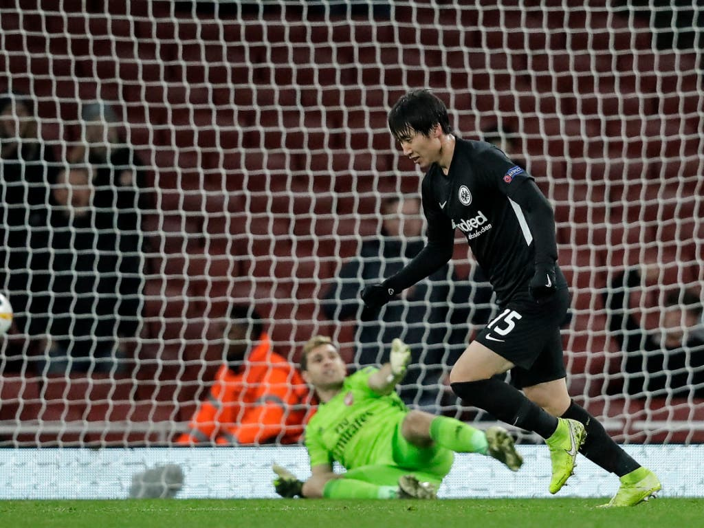 Daichi Kamada hat gegen Arsenals Goalie Emiliano Martinez soeben das 2:1 erzielt