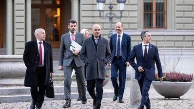Aussitzen geht nicht mehr: Ueli Maurer, Staatssekretär Roberto Balzaretti, Alain Berset und Ignazio Cassis (von links) unterwegs zur Medienkonferenz vom 7. Dezember 2018, an dem sie über dasRahmenabkommen mit der EU informierten. (Peter Klaunzer, KEYSTONE)