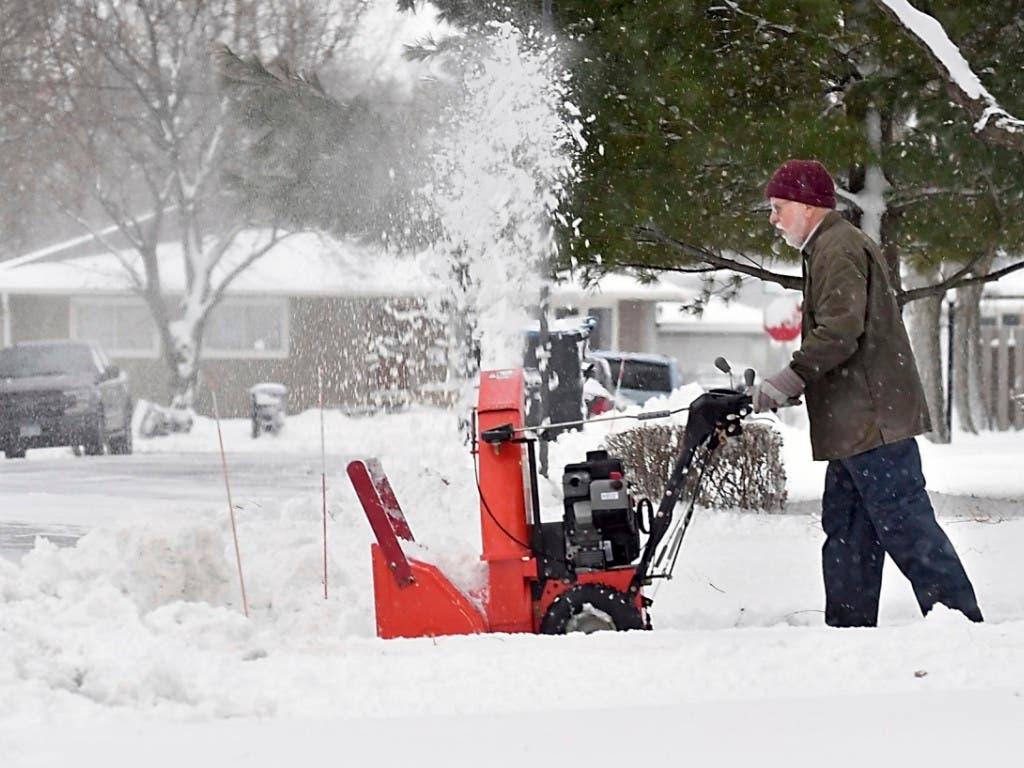 Die Bewohner von Mankato in Minnesota müssen sich nach einem Schneesturm erst einmal den Zugang zu ihren Häusern freimachen. (Foto: Pat Christman/The Free Press via AP Keystone) (Bild: KEYSTONE/AP The Free Press/PAT CHRISTMAN)