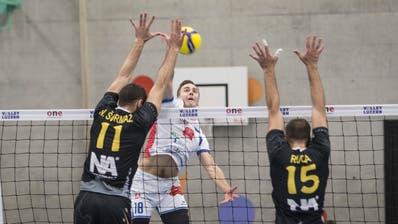 Edvarts Buivids (weisses Dress) zeigt mit Volley Luzern in Luxemburg eine gute Leistung. (Manuela Jans-Koch | Lz)