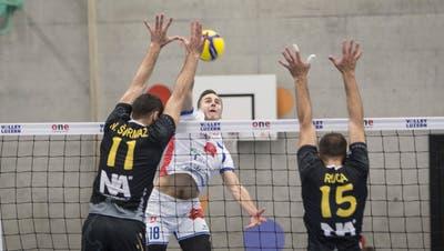 Edvarts Buivids (weisses Dress) zeigt mit Volley Luzern in Luxemburg eine gute Leistung. (Manuela Jans-Koch   Lz)