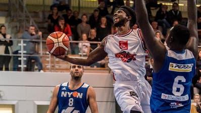 Ricky Price, Spieler von Swiss Central Basket, arbeitet hart, damit seine Wurfquote wieder besser wird. Bild: Nadia Schärli (Luzern, 12. Oktober 2019) (Nadia Schärli, Luzerner Zeitung)