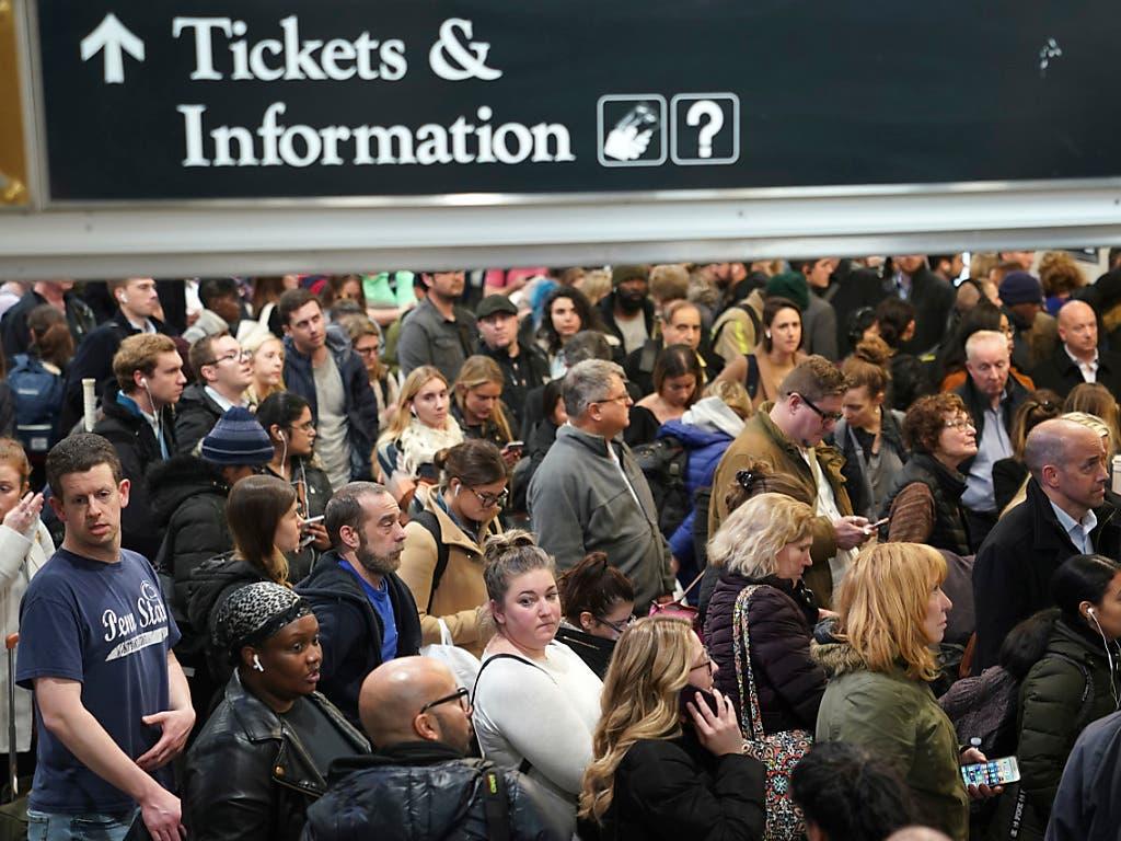 Reisende warten in New York auf ihre Züge. Überall in den USA wollen Menschen zum Thanksgiving-Fest zu ihren Familien reisen. Doch Stürme behindern den Verkehr, Flüge wurden gestrichen. (Foto: Seth Wenig/AP Keystone) (Bild: KEYSTONE/AP/SETH WENIG)