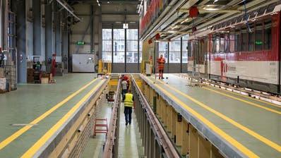 Blick in die neue Werkstatthalle der Zentralbahn. Arbeitsgruben ermöglichen Unterflurarbeiten an den Zügen wie der Spatz-Komposition rechts. (Bilder: Corinne Glanzmann, Stansstad, 28. November 2019)