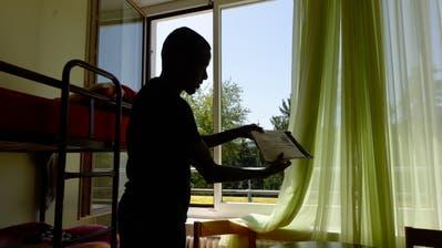 Ein Somanischer Asylbewerber in einem Zimmer im Asylzentrum Hirschplatz in Luzern, am Dienstag, 10. Juni 2014. Das neue Asylzentrum Hirschpark auf dem Spitalgelaende in Luzern wurde am Dienstag 10. Juni 2014 den Medien praesetiert. Der Kanton Luzern und die Caritas Luzern organisieren vom 9. Juni bis 15. Juni 2014 mit ueber 50 Veranstaltungen eine Asyl-Woche mit Begegnungsmoeglichkeiten zu schaffen und in der Bevoelkerung Aengste abzubauen.  (KEYSTONE/Urs Flueeler) (Urs Flueeler, KEYSTONE)