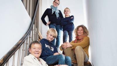 Wohnen mit Generationenvertrag: Ruth Bärlocher (links im Vordergrund) passt auf die Kinder auf – und erhält im Gegenzug von den Nachbarn Unterstützung im Alter. (Bild: Urs Bucher)