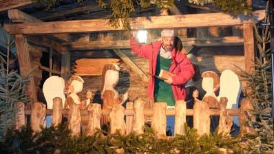 Josef von Nazareth (Noce Noseda) höchstpersönlich stand bei der Gestaltung der Krippe beratend zur Seite. ((Bild: Stefan Hilzinger)