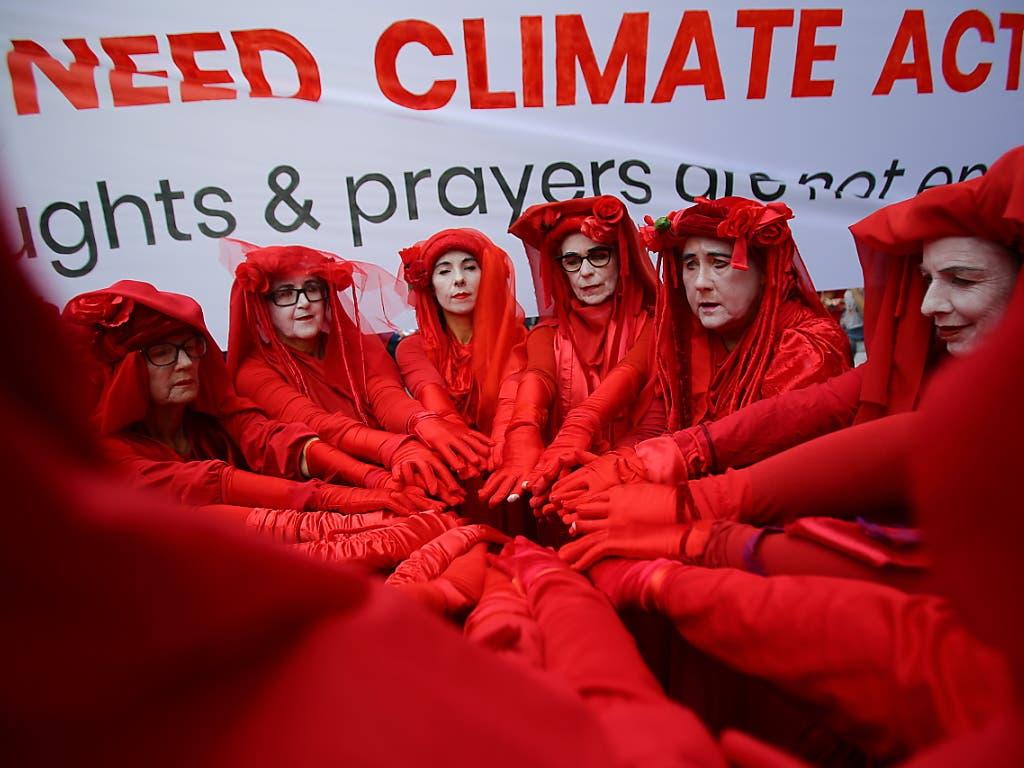 Die Red Rebels der Extinction Rebellion setzten sich zu den Schülern und Studenten, die in Sydney für das Klima demonstrierten. (Foto: Steven Saphore/ EPA Keystone)