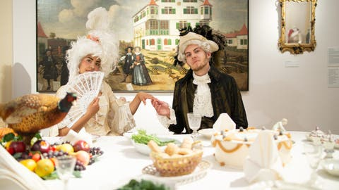 Mitarbeiter des Historischen und Völkerkundemuseums St.Gallen in Rokoko-Kleider in stilechter Kulisse. (Bild: HVM)