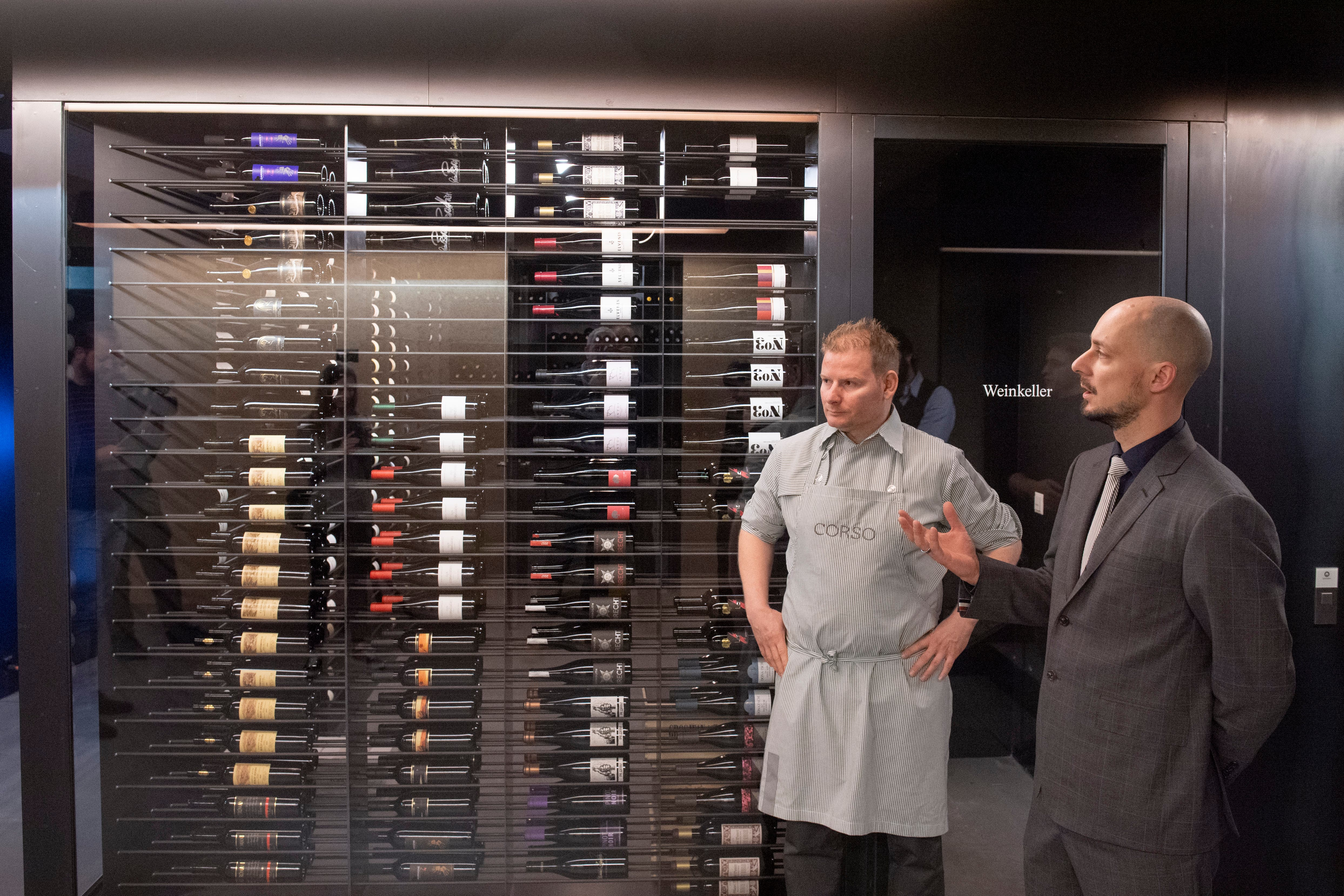 Sommelier Benjamin Gilly (rechts) vor dem Weinkeller im Untergeschoss.
