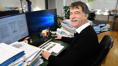 Dieses Bild – vier Monate vor der Amtsübergabe aufgenommen – zeigt die Aktenberge in Jürg Schumachers Büro. (Bild: Werner Lenzin)
