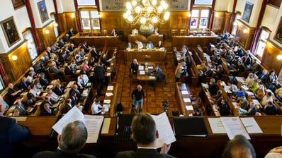 Was ist eine angemessene Vergütung für ihre Arbeit? Zürcher Kantonsräte bei einer Debatte. (Keystone, 2014)