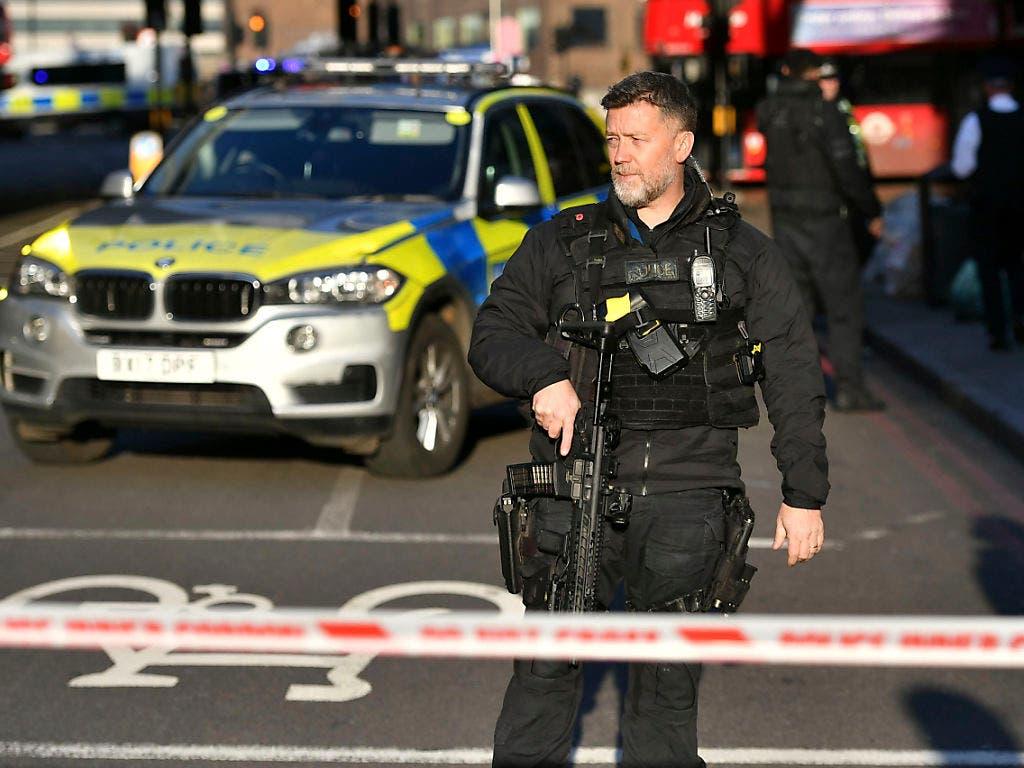 Die London Bridge ist nach Berichten über Schüsse abgeriegelt worden. Die britische Polizei stuft die Messerattacke als Terrorangriff ein. Ein Verdächtigter sei noch am Tatort erschossen worden.