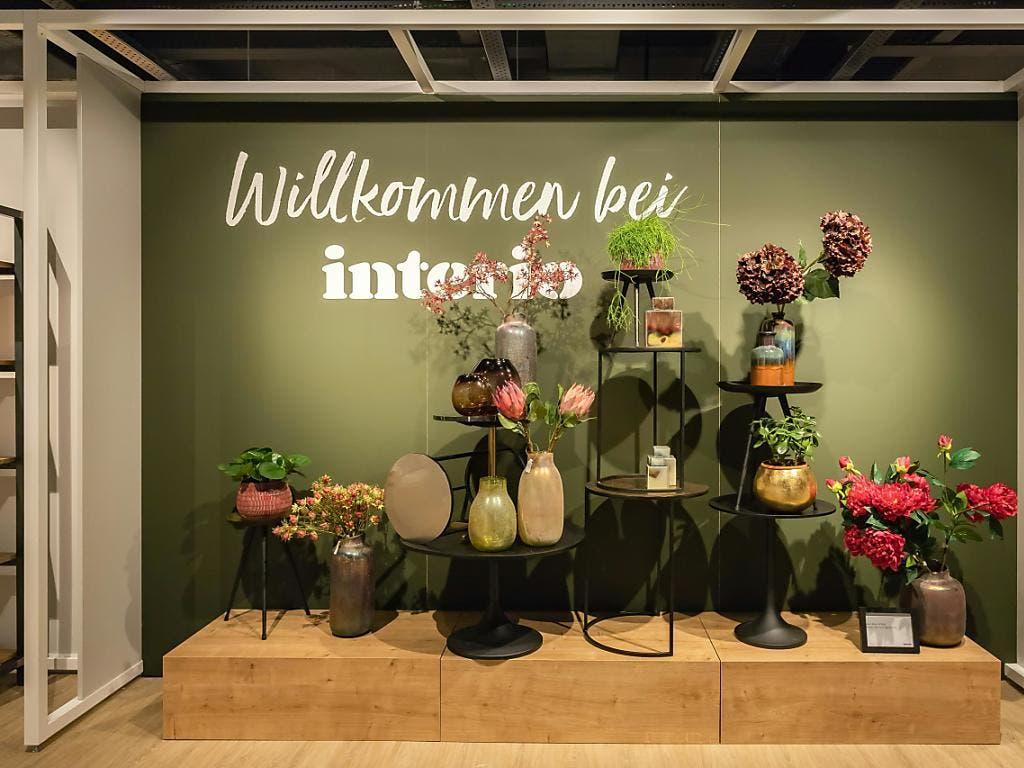 Der Interio-Schriftzug gehört in der Schweiz bald der Vergangenheit an: Die Migros hat sechs von elf Filialen an XXXLutz verkauft und schliesst die übrigen.