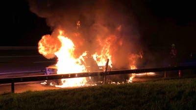 Das Auto stand in Flammen. (Bild: Kapo SG)