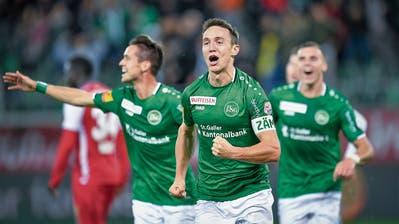 Jubel, Freudenschreie, Ausgelassenheit – Captain Silvan Hefti lässt sich nach seinem Tor zum 3:0 von den St.Gallern feiern. (Bild: Ralph Ribi, St.Gallen, 2.November 2019)
