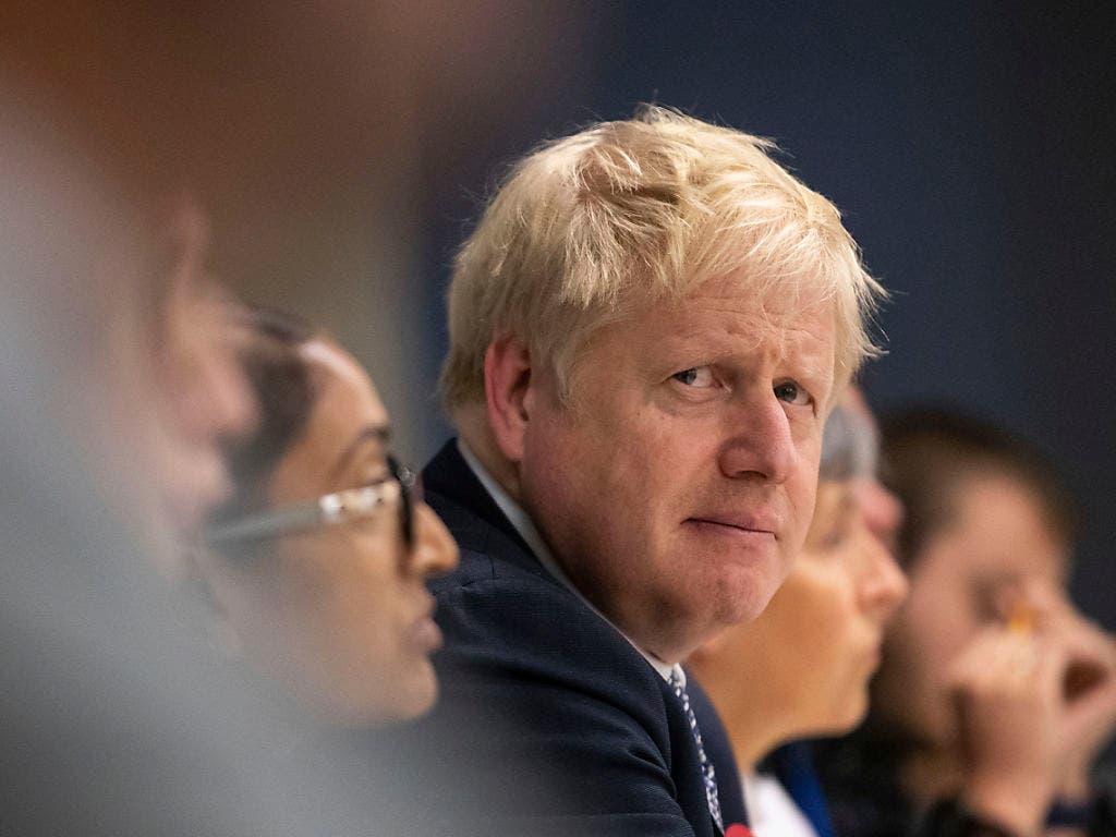 «Ich bin sehr, sehr enttäuscht.» Der britische Premierminister Boris Johnson entschuldigt sich dafür, dass er das Land entgegen seiner Versprechen nicht am 31. Oktober aus der Europäischen Union geführt hat. (Bild: KEYSTONE/AP Pool PA/AARON CHOWN)