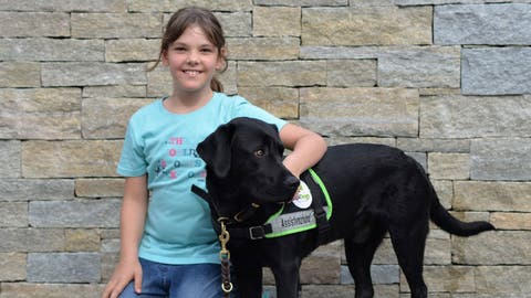 Carmen posiert mit einem Assistenzhund. Schon bald soll sie einen eigenen Epilepsie-Hund erhalten. (Bild: PD)