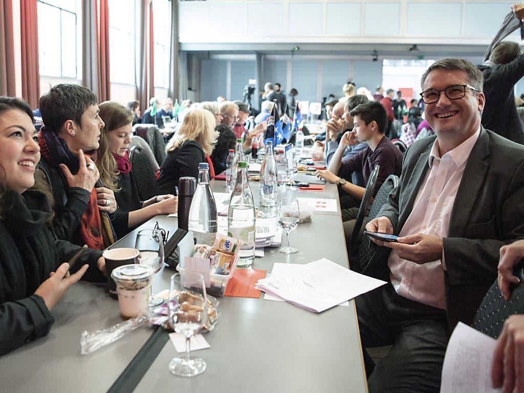 Von links: Die SP-Nationalrätinnen Tamara Funicello (BE) und Barbara Gysi (ZH) sowie Parteipräsident und Ständerat Christian Levrat (FR) an der Delegiertenversammlung der SP Schweizin Bern.