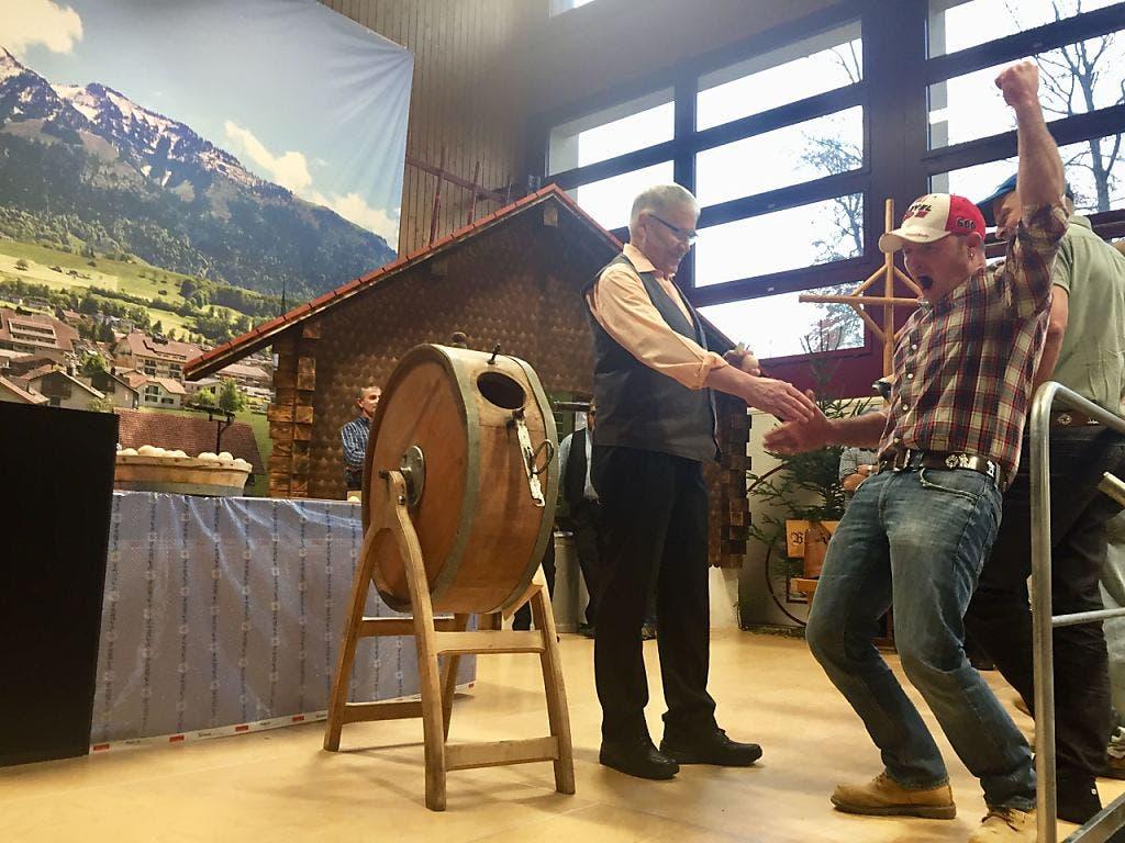 Jubel über das grosse Los: Ruedi von Rotz darf die Bergmatt, die «Königin der Alpen» in Kerns, für zwölf Jahre bestossen.