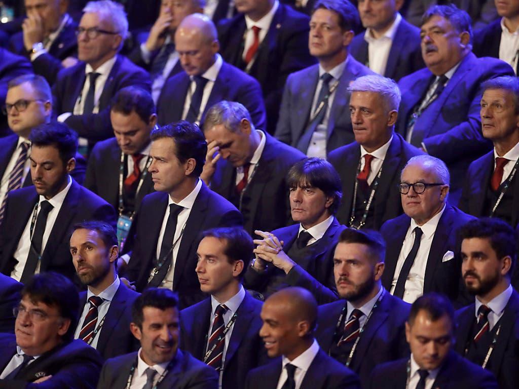 Gespannte Gesichter allenthalben: Die Schweizer Delegation um Vladimir Petkovic wirkt ähnlich angespannt wie die Kollegen aus Deutschland mit Jogi Löw