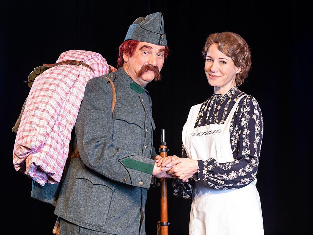 Gilles Tschudi als HD-Soldat Läppli und Caroline Rasser, die das Stück produziert und zudem als Zimmervermieterin Frau Müller auf der Bühne des Theaters Fauteuil in Basel steht. (Bild: Theater Fauteuil/Foto Mimmo Muscio)