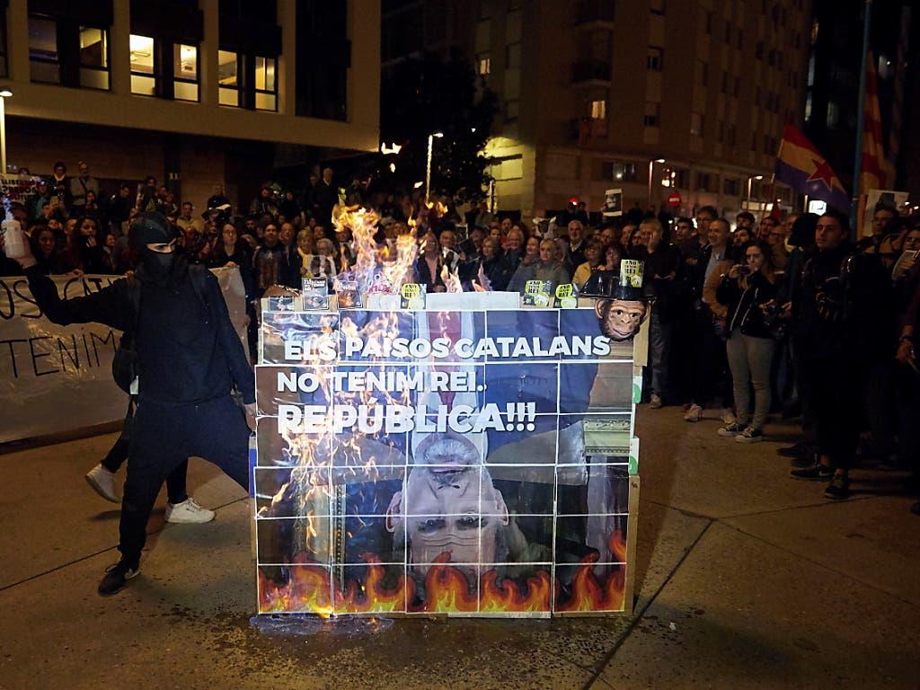 Tausende katalanische Unabhängigkeitsbefürworter demonstrierten gegen den Besuch des spanischen Königs Felipe VI. in Barcelona. (Bild: KEYSTONE/EPA EFE/DAVID BORRAT)