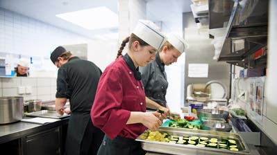 Blick in einen Lehrlingsevent der Gastroverbände Nidwalden und Obwalden: Jugendliche beim Testkochen für die Abschlussprüfung. (Bild: Corinne Glanzmann, Stansstad, 4. April 2017)