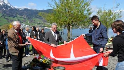 Taufe einer neuen Flagge und eines neuen Bootes für den Seeclub Stansstad. (Bild:Matthias Piazza, 22. April 2012)