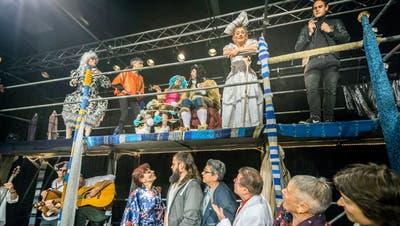 Ein Als-ob-Theaterabend voller Ironie: Das Theagovia Theater spielt «Der Kater». Thematisch passend wurde dieses Bild von Regisseurin Michaela Bauer extra inszeniert, denn im Stück sieht man sonst nicht alle Spielerinnen und Spieler zugleich auf der Bühne. (Bild: Andrea Stalder)