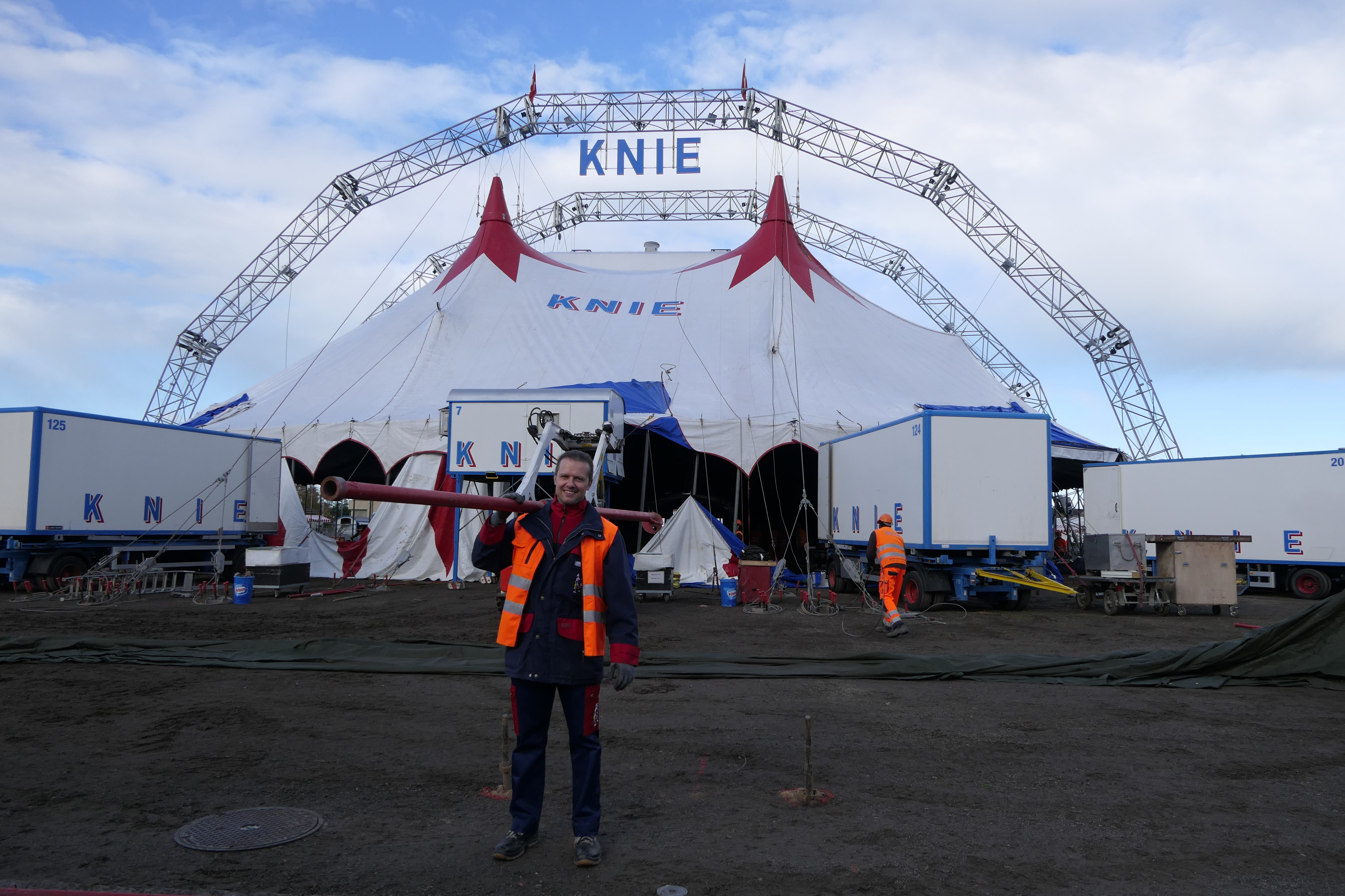 Rund sieben Stunden dauert es, bis das Zelt komplett aufgebaut ist. Franco Knie junior (rechts) ist für die gesamte Logistik verantwortlich. (Bild: Laura Sibold, Zug, 4. November 2019)