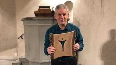 Pfarrer Damian Brot erhält eine Skulptur eines Thurgauer Künstlers aus Berg. (Bild: PD/Renata Egli-Gerber)