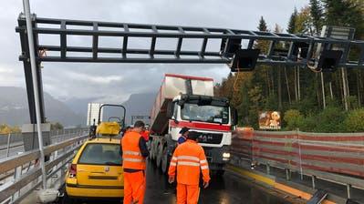 Der Lastwagen hat die Signalisationsanlage der Autobahn beschädigt. (Bild: Luzerner Polizei)