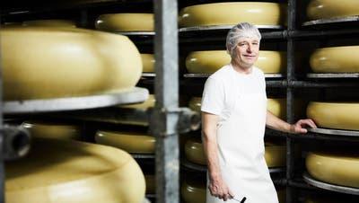 Erlaubt Einblicke in sein Reich: Erwin Schmid von der Schmid Käse AG in Buttisholz steht im betriebseigenen Käsekeller. (Bild: Jakob Ineichen, 5. November 2019)