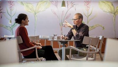 In der Museumslaube: Naturmuseumsdirektor Hannes Geisser bespricht sich mit seiner Mitarbeiterin Eliane Huber. (Bild: Reto Martin)