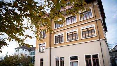 Die beiden über 100 Jahre alten Schulhäuser auf dem Wittenbacher Dorfhügel. (Bild: Ralph Ribi (5. November 2019))