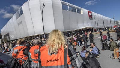Die Situation am Mittwochmittag vor der Mall of Switzerland. (Bild: Pius Amrein, Ebikon, 14. März 2018)