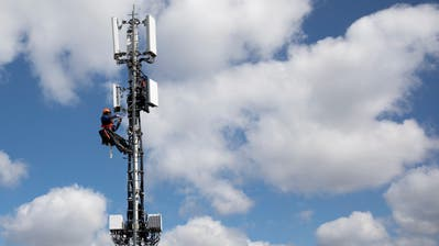 Swisscom und andere Anbieter rüsten in der ganzen Schweiz mit 5G-Antennen auf. (KEYSTONE/Peter Klaunzer)