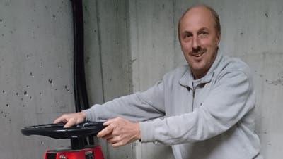 Bärti Baumann öffnet den Schieber der Ableitung. Nun ist die ARA Wassen ausser Betrieb. (Bild: PD)