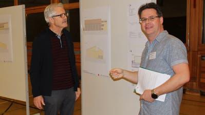 Schulpräsident Daniel Heidegger (rechts) im Gespräch mit einem Interessierten Bürger. (Bild: Manuela Olgiati)