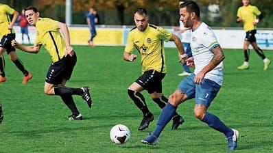 Der FC Baar besiegte den FC Hünenberg mit 3:1. Hünenbergs Alen Rako zeigt sein Können am Ball. Bild: Stefan Kaiser (Baar, 19. Oktober 2019)
