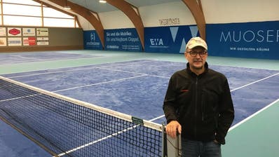 Bau-Chef Stefan Arnold und einige Klubmitglieder haben den Umbau des Hallenbodens der Tennishalle in Seedorf realisiert. (Bild: PD)