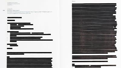 Eines der geschwärzten Protokolle. Hier jenes der ausserordentlichen Sitzung. (Bild: Patrick Hürlimann, Zug, 8. November 2019)
