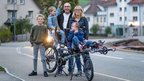 Familie Haltiner mit ihrem neuen Velo: Mutter Susanne und Vater Jan mit Tochter Joana und den beiden Söhnen Joshua (links) und Jon. (Bild: Michel Canonica)