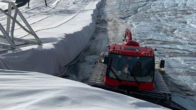 Unter diesen Vliesabdeckungenam Gemsstock wird der Schnee gelagert. (Bild: PD, 19. September 2019)