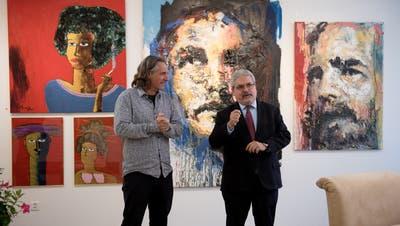 Gastgeber Andi Schnelli empfängt in seiner Galerie Botschafter Manuel Aguilera de la Paz. (Bilder: Corinne Glanzmann, Entlebuch 8. November 2019)