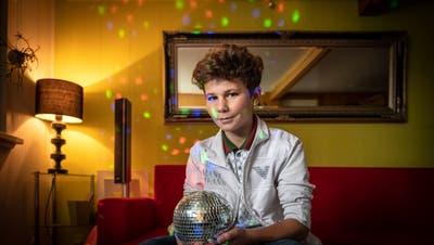 Leon Minneci daheim in Trogen mit einer Discokugel. Er hat bei einer Weihnachtsparty Geld für OhO gesammelt. (Bild: Urs Bucher)