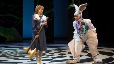 Vorsicht, das Ding ist scharf: Alice (Tabea Buser) und das immer verspätete Kaninchen (Diana Dengler). (Bild: Iko Freese)